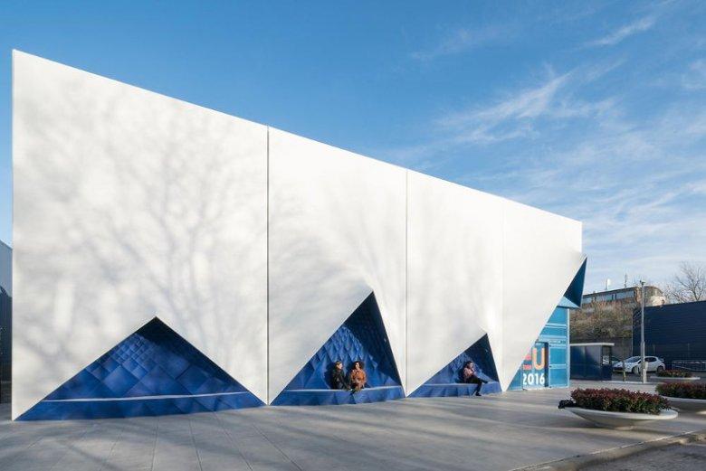 Budynek mobilnego centrum konferencyjnego w Amsterdamie.