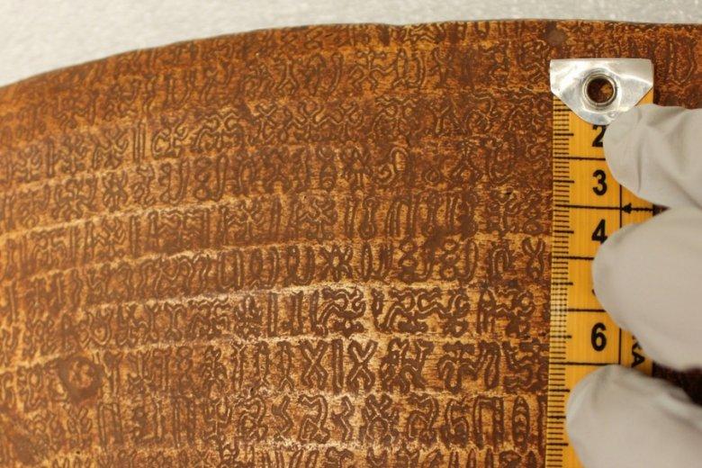Rongorongo może liczyć nawet kilkaset rozmaitych znaków.