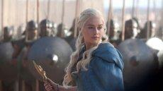 Khaleesi była niegdyś młodą, wystraszoną dziewczyną, przymuszona do aranżowanego małżeństwa. Dziś to charyzmatyczna liderka i Matka Smoków.