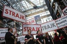 """Zarząd przedstawił strajkującym propozycję kompromisu. Związkowcy ją wyśmiali. Tymczasem firma prowadzi intensywny nabór nowych pracowników, w ogłoszeniach obiecując """"miłą atmosferę pracy"""""""
