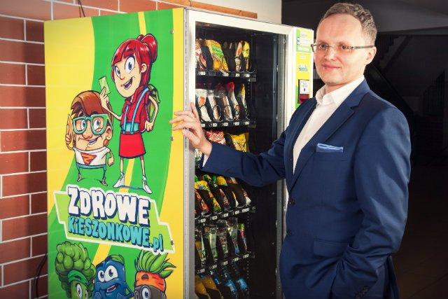 – W naszych automatach uczniowie mogą zaopatrywać się w zdrową żywność. Co więcej kontrolę nad tym co kupują mają ich rodzice – podkreśla Nartowicz.