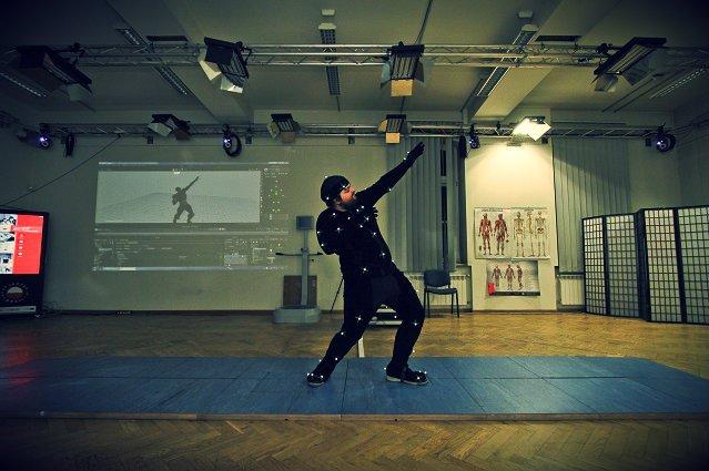Model w specjalnym kostiumie w trakcie przechwytywania jego ruchów i ich odwzorowania na komputerze. Ta technika, zwana motion capture, jest często wykorzystywana przy tworzeniu gier komputerowych.