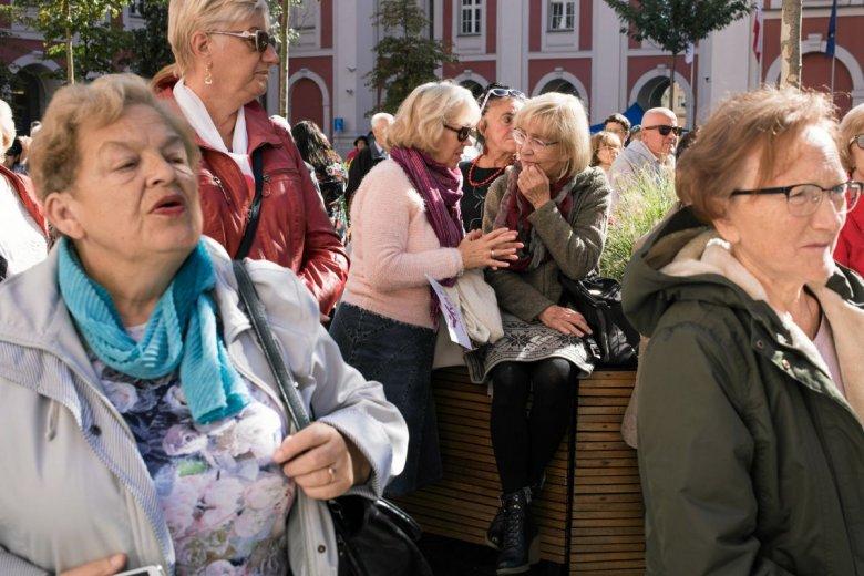 Głodowe emerytury sprawiają, że seniorów nie stać na opłacenie czynszy. Z problemem zmagają się szczególnie kobiety.