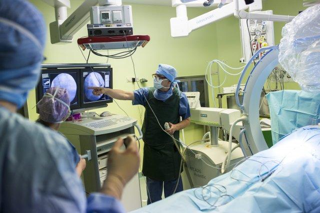 Lekarze podczas operacji wszycia nowoczesnego kardiowertera