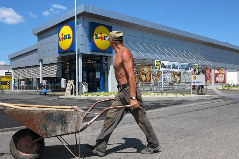 W Polsce działa już 670 sklepów Lidla, a firma uruchamia właśnie 11. centrum dystrybucyjne. Zakaz handlu jej nie zaszkodził, ale małym sklepom - tak