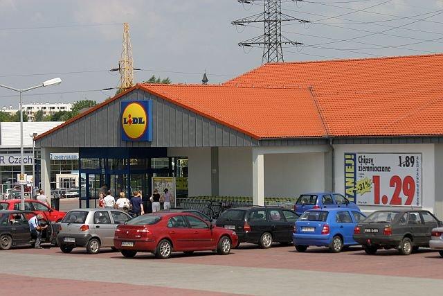 Żywiec obciął pieniądze na promocje w Lidlu i Biedronce. W efekcie spadła jego sprzedaż a zyski znacznie wzrosły.