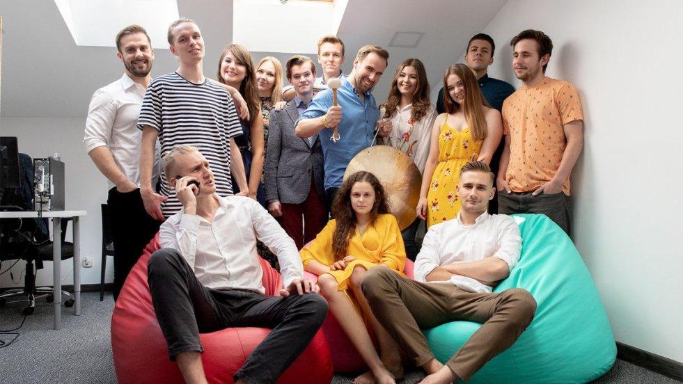 Zespół zarządzany przez Jakuba liczy około 15. osób. Jak dodaje założyciel, wszyscy znaleźli się w nim z powołania. Jakub Pawelski w dolnym prawym rogu.