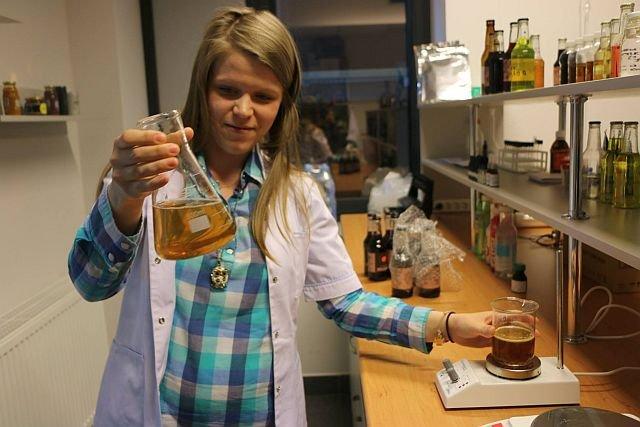 Olga Krakowiak z roztworem propolisu. Ten projekt nie zyskał uznania w oczach ekspertów z PARP