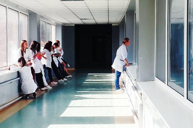 W Polsce od dawna brakuje lekarzy i pielęgniarek.