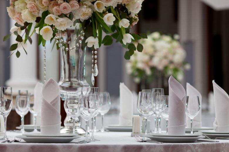 Konsultant ślubny musi pamiętać o wszystkim: od dekoracji na stołach, po nagłośnienie na sali weselnej