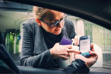 Uber jest bowiem atrakcyjny tylko w roli alternatywy wobec drogich usług taksówkarskich korporacji – inaczej płacilibyśmy za niego krocie