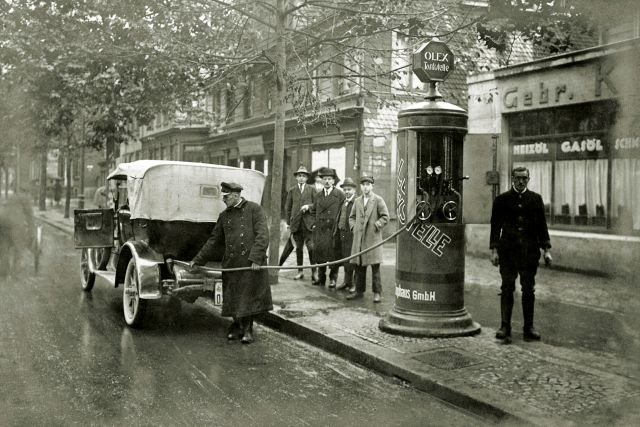 Tankowanie w pierwszej niemieckiej spółce zależnej BP, Olex, w latach dwudziestych ubiegłego wieku.