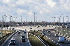 Nieczynne bramki na A2 to zmora kierowców. Cały teren pośrodku autostrady jest wyłączony z użytku