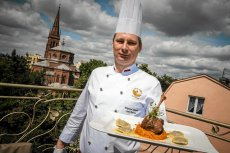 Szef kuchni w Werandzie Wojciech Jarych prezentuje danie z gęsiny .