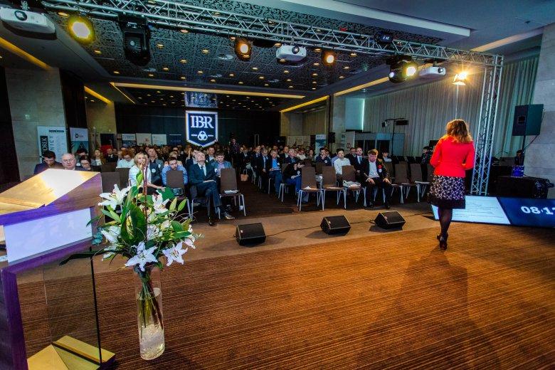 dr Adrianna Lewandowska podczas prelekcji o wyzwaniach strategii i sukcesji firm rodzinnych