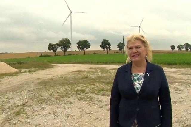 """Hanna Grochowiecka z sąsiedzkiej spółki """"Wiatrak"""", która postawiła niedużą farmę wiatrową pod Rypinem"""