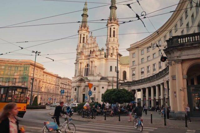 """Spot wideo promujący Warszawę, który opublikowano na fanpage'u """"Fall in Love with Warsaw"""", zyskał dużą popularność"""