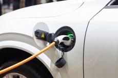 Samochód elektryczny przestaje być w Polsce opłacalny. Wszystko przez podwyżki cen prądu.