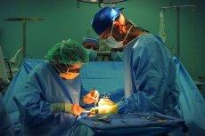 Krakowscy lekarze jako pierwsi w Polsce wycięli guza mózgu u przytomnego nastolatka