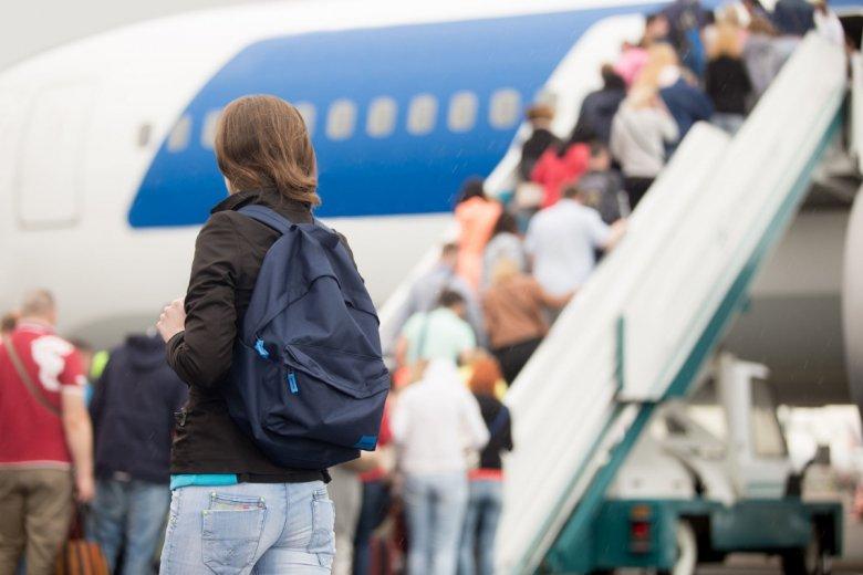 Podczas podróży samolotem zdarzają się awanturujący się pasażerowie, utrudniający lot. Trudno jednak nad nimi zapanować za pomocą hashtagu i filmiku.