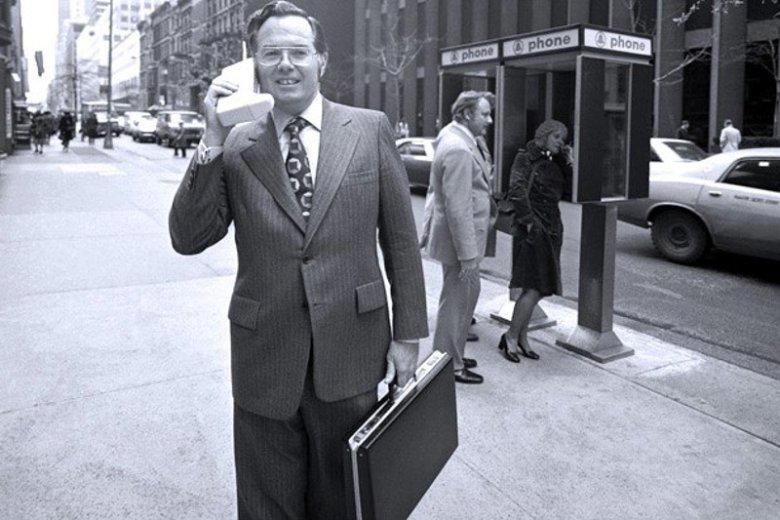 Ówczesny wiceprezes Motoroli John F. Mitchell z uznawanym za pierwszy telefon komórkowy na świecie, DynaTAC z 1973 roku.