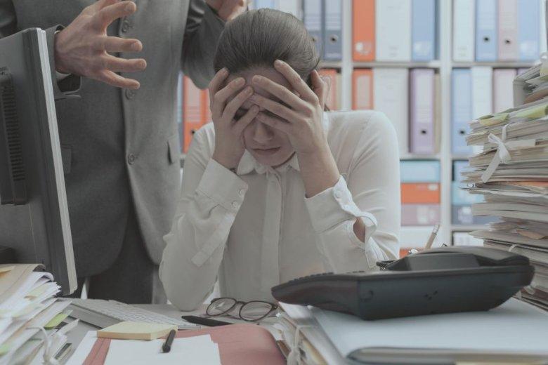 Osoba doświadczająca mobbingu odczuwa nieustanny stres, który wpływa na jej pamięć i skupienie.
