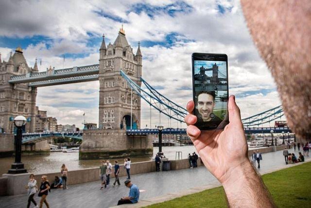 """Nokia 8 ma możliwość robienia """"bothie"""", czyli obustronnego selfie"""