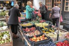 Polacy mimo rosnących zarobków zaczynają utyskiwać na drożyznę, choć inflacja nie jest wysoka. Wiemy dlaczego tak się dzieje