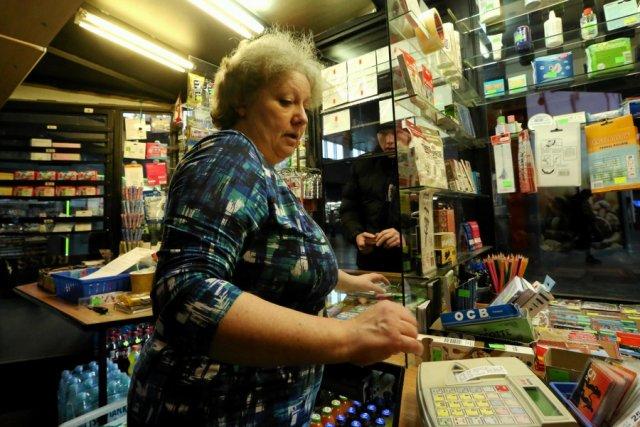 Sprzedawczyni w kiosku w Warszawie, ukarana mandatem skarbowym za niewręczenie paragonu klientowi.