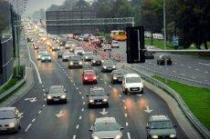 W Polsce zaczęły obowiązywać nowe znaki drogowe. Dobrze się z nimi zapoznać, bo oznaczają strefy czystego transportu - miejsca, gdzie za wjazd większości samochodów trzeba zapłacić 2,5 zł za godzinę