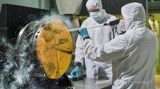 Aby pracować w firmie kosmicznej, niekoniecznie trzeba być inżynierem. Ale zdecydowanie to nie zaszkodzi. Na zdjęciu: inżynierowie NASA testują czyszczenie lustra kosmicznego teleskopu Jamesa Webba.