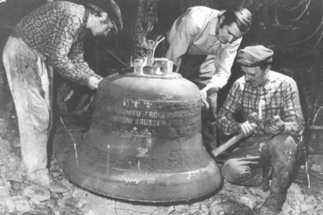 Dzwon w Zamku Królewskim w Warszawie - jedna z najsłynniejszych realizacji Kruszniewskich
