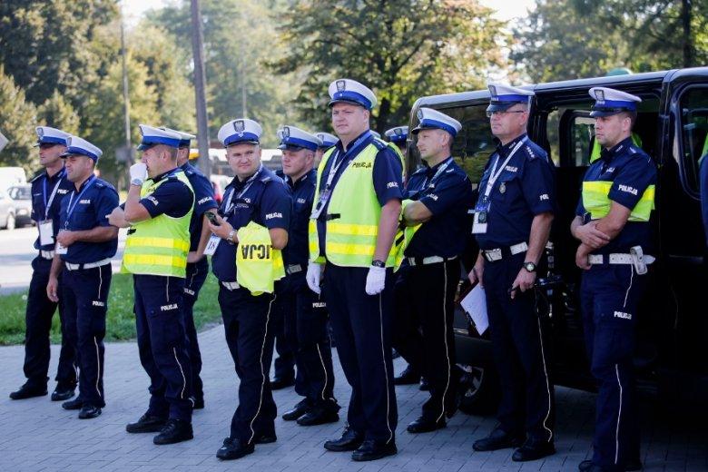 Policjanci, którzy zdecydują się nie korzystać z prawa do wcześniejszej emerytury, mają możliwość otrzymywania specjalnego dodatku - wysokości 50 proc. potencjalnej emerytury.