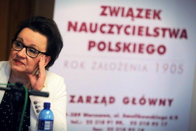Minister Anna Zalewska jest spokojna o pracę dla zwalnianych nauczycieli. Jej spokoju nie podzielają ani samorządowcy ani nauczyciele.