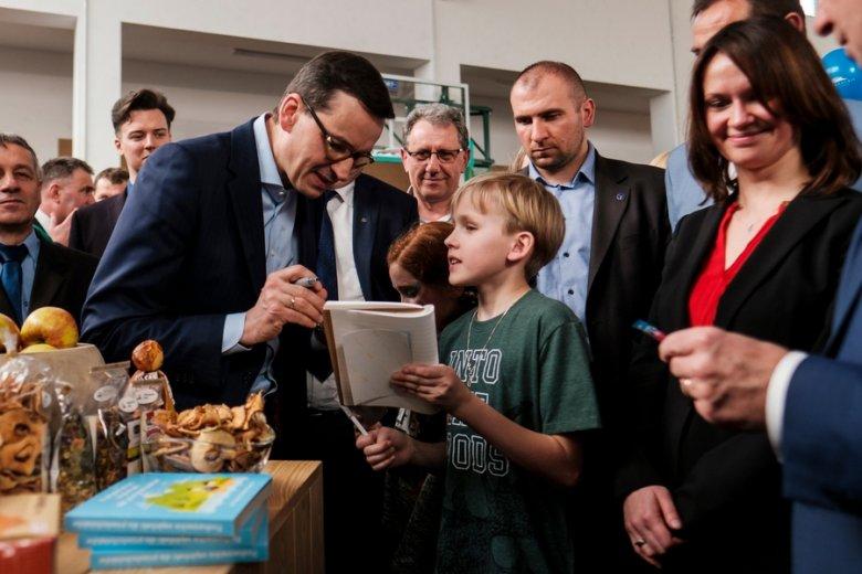 Mateusz Morawiecki zapowiada swoiste 300+: wyprawki dla dzieci w wieku szkolnym.