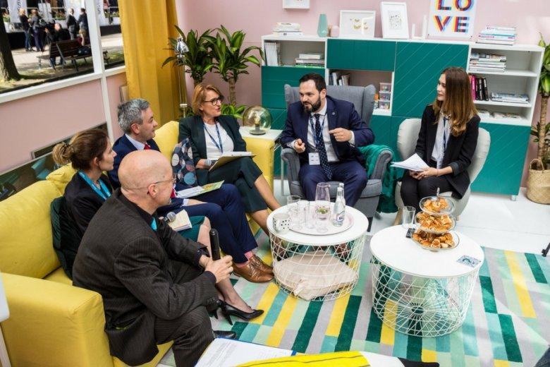 """Uczestnicy debaty """"Jakie trendy będą miały największy wpływ na jakość życia w domu?"""" podczas XXVII Forum Ekonomicznego w Krynicy"""