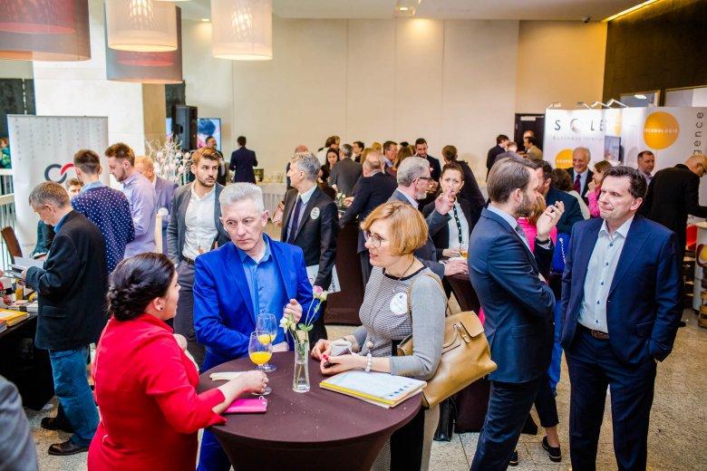 Właściciele i sukcesorzy firm rodzinnych podczas III Międzynarodowego Kongresu Firm Rodzinnych w trakcie rozmów kuluarowych