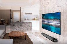 """LG OLED W9 to zaawansowany technologicznie model telewizora, który jest smukły jak tapeta na ścianie, co czyni go idealną """"dekoracją"""" do stylowych wnętrz"""