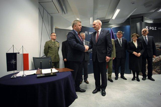 Minister Obrony Narodowej Antoni Macierewicz podczas podpisania umowy w sprawie zakupu przeciwlotniczych zestawów rakietowych PIORUN