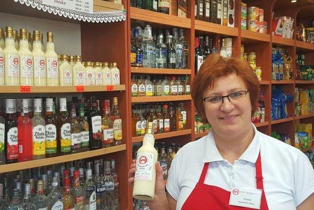 Smietankówka z Olesna robi niesamowitą furorę. Na zdjęciu p. Aniela Kainka - kierownik sklepu przy OSM w Oleśnie.