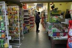 Środki chwastobójcze z zawartością glifosatu są dostępne w niemal każdym sklepie ogrodniczym i powszechnie stosowane w rolnictwie.
