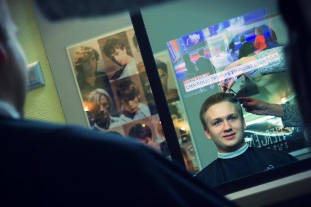 Lustra Abyss Glass. Jeśli nudzisz się u fryzjera, zawsze możesz obejrzeć film lub wiadomości.