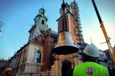 Instalacja dzwonu 'Jan Paweł II' na Wieży Srebrnych Dzwonów na Wawelu