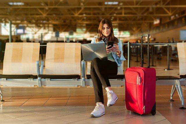Na lotniskach często możemy spotkać ludzi z laptopami. Nie wszyscy jednak lecą właśnie w podróż służbową