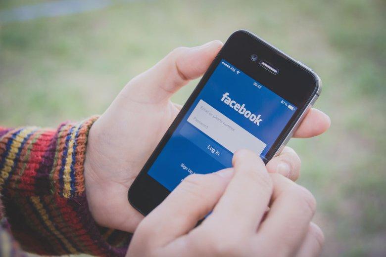 """Przycisk """"Hello"""" to nowy pomysł Facebooka, który już nie podoba się wielu użytkownikom"""