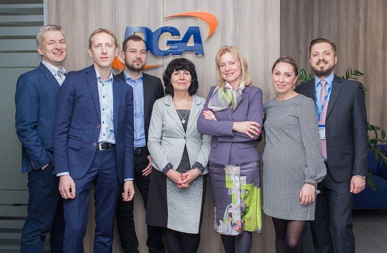 Przedstawiciele zespołu Industry Lab wraz z przedstawicielami DGA S.A., koordynatora programu akceleracji. Grupa DGA prowadzi od 28 lat działalność w branży konsultingowej. Spółka doradza firmom (mikro, małym, średnim i dużym, państwowym i prywatnym z róż