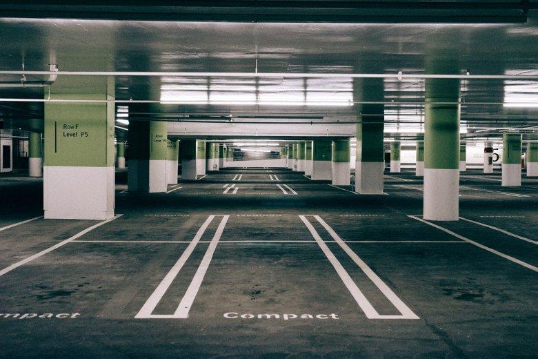 Wolne miejsce parkingowe - marzenie każdego kierowcy w dużym mieście.