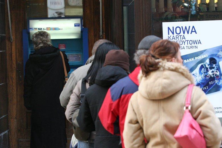 Banki łowią klientów kusząc ich niskim oprocentowaniem kredytów, dopłatami i przewalutowaniami