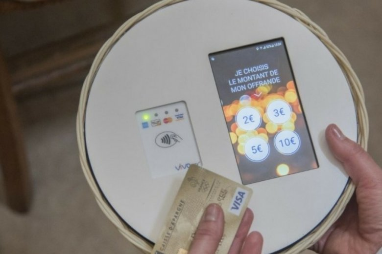 Tak wygląda e-taca, z którą będą eksperymentować paryscy duchowni.