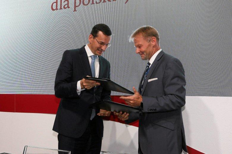 Minister Mateusz Morawiecki i wiceprezes Europejskiego Banku Inwestycyjnego, Vazil Hudak, w trakcie podpisania umowy na dofinansowanie polskiej energetyki
